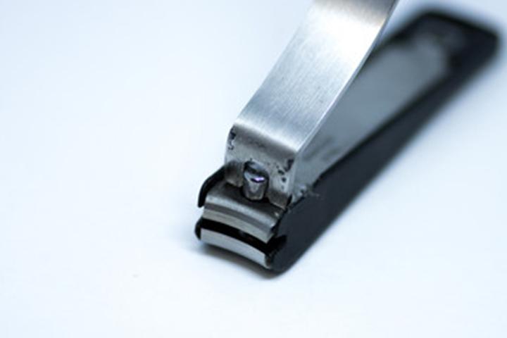一般的なカーブがついている曲刃の爪切り
