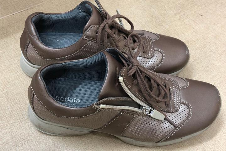 ファスナー付きの靴